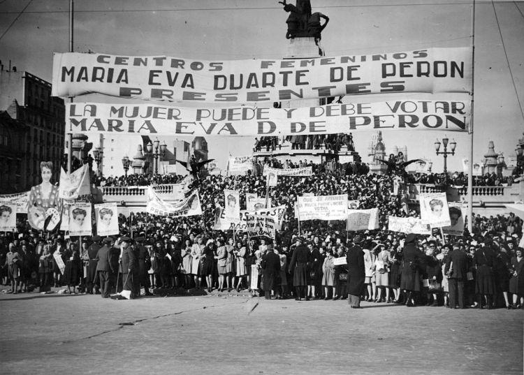 Buenos_Aires_-_Balvanera_-_Manifestación_por_el_voto_femenino_en_1948.jpg